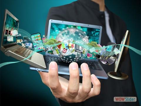 SITO WEB computer sulla mano